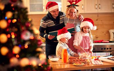 семья готовит перед новым годом