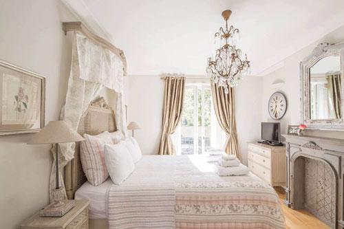 спальня в деревянном доме в стиле прованс 4