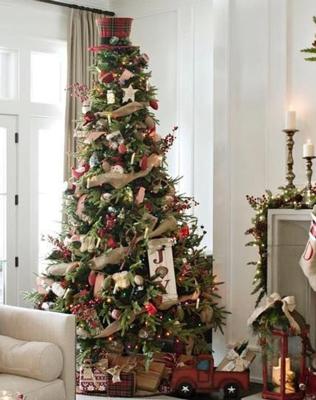 красиво украшенная елка в деревенском стиле 3