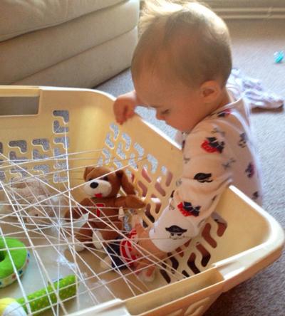 Ребенок в 1 год занят дома