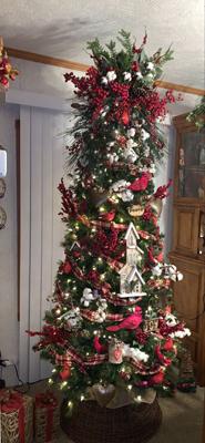 красиво украшенная елка в деревенском стиле 1