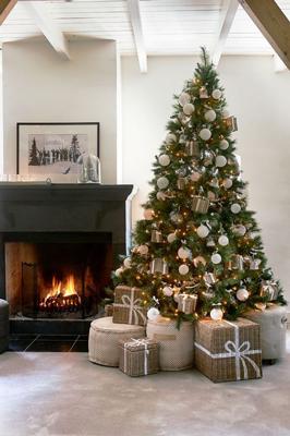 красиво украшенная елка в классическом стиле 2
