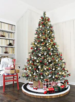 красиво украшенная елка в классическом стиле 4