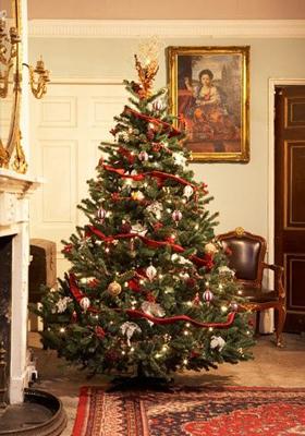 красиво украшенная елка в классическом стиле