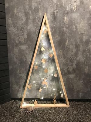 красиво украшенная елка в стиле лофт