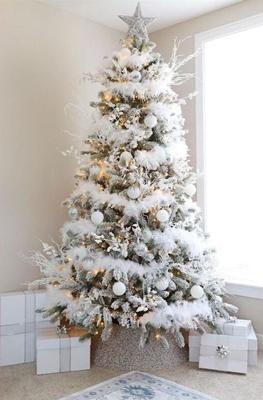 красиво украшенная елка в стиле металлик 2