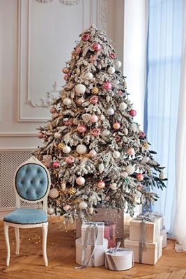 красиво украшенная елка в стиле металлик 3