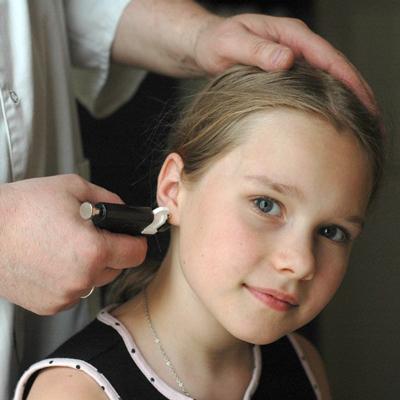 стоит ли девочке в 1 год прокалывать уши