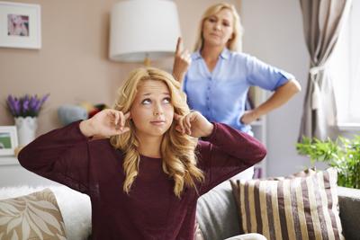 уверенная в себе девушка борется с негативом