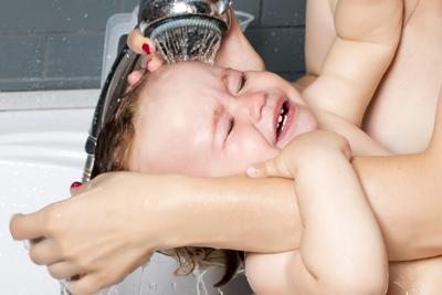 ребенок в год боится мыть голову