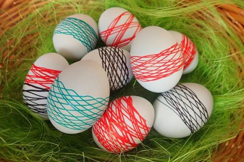 Как красить яйца на Пасху с помощью ниток 2
