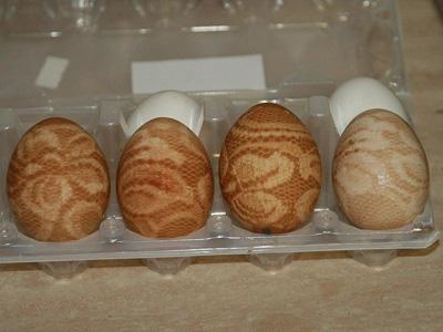Покрасить яйца с помощью луковой шелухи и кружев 4