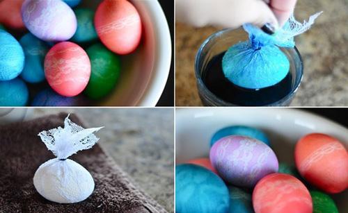 Покрасить яйца с помощью луковой шелухи и кружев 3