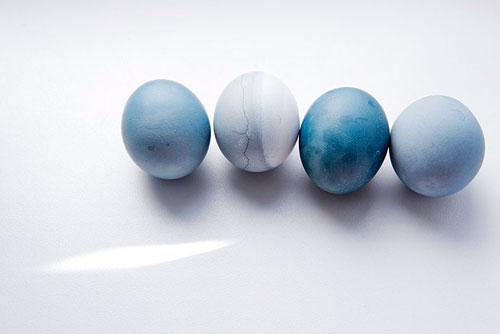 как покрасить яйца в чае каркаде видео