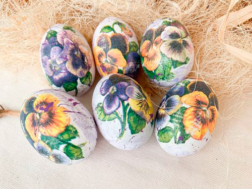 Идеи покраски яиц салфетками на Пасху