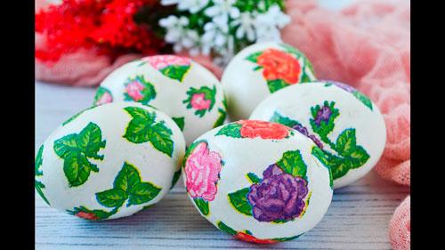 покрасить яйца с помощью салфеток