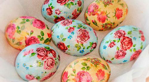 как покрасить яйца в салфетках бумажных