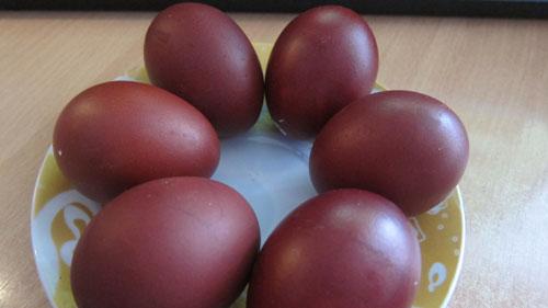 как покрасить яйца свеклой и морковью