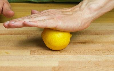 Как выжать лимон без соковыжималки вручную