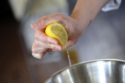 как правильно выжать лимон без соковыжималки
