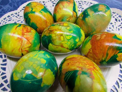покрасить яйца зеленкой и луковой шелухой