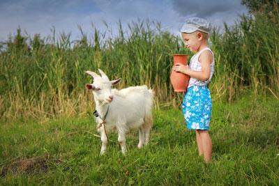 ребенок в деревне на каникулах