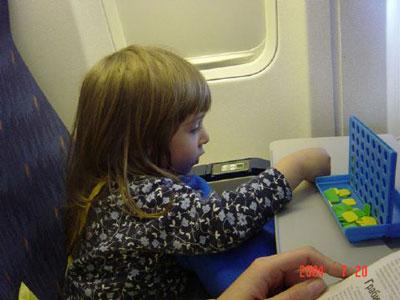 чем занять ребенка в самолете 3 года