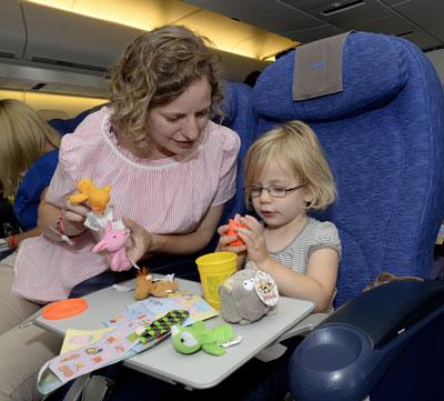 чем занять ребенка в самолете 1.5 года