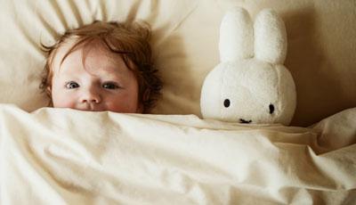 Как научить ребенка в год засыпать самостоятельно в своей кроватке