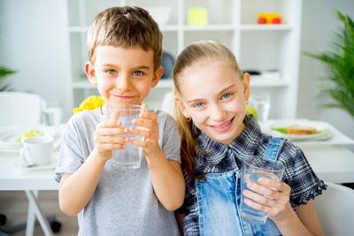 Как приучить ребенка пить воду из бутылки