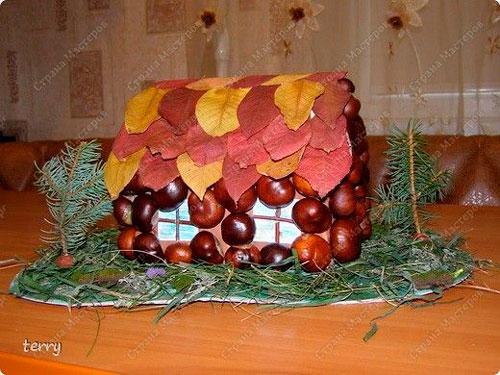 осенний домик из каштанов