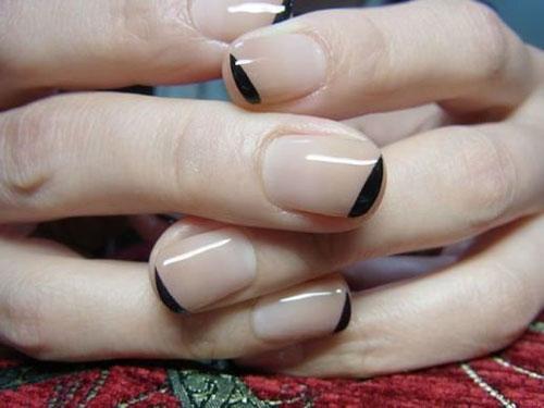 маникюр в стиле минимализм на короткие ногти светлый 4