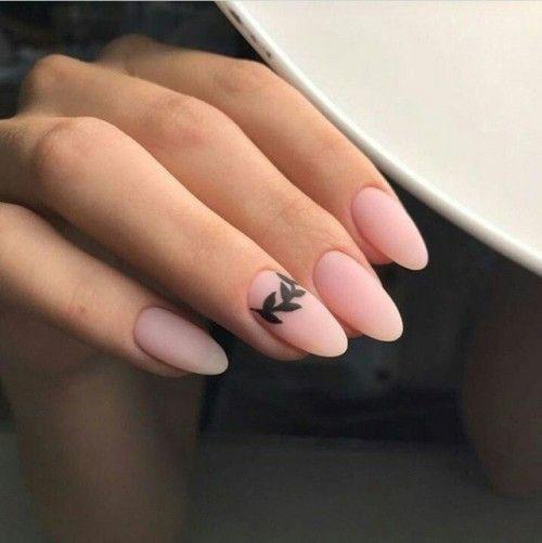 маникюр в стиле минимализм на короткие ногти светлый 5