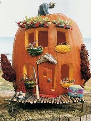 интересный домик из тыквы