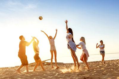 игры с детьми на пляже в лагере