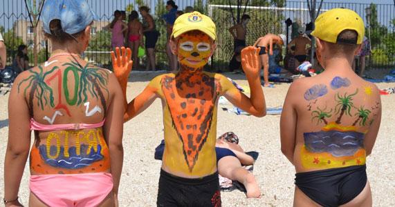 дети на пляже разрисовывают друг друга 2