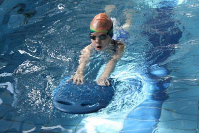 научить ребенка плавать в бассейне