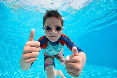 научить ребенка плавать в бассейне 10