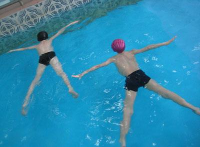 как правильно научить ребенка плавать в бассейне 3