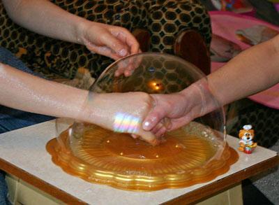 как делают раствор для мыльных пузырей в домашних условиях