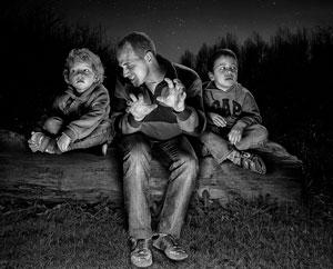 папа рассказыает страшные истории детям