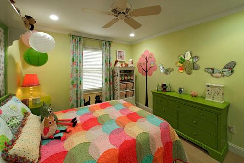 Оформление стен в детской комнате наклейками