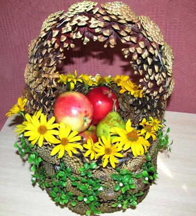 Осенняя корзина поделки из шишек 3