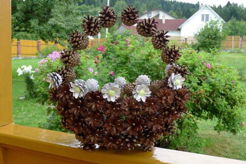 Осенняя корзина поделки из шишек 4