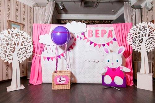интересное оформление фото зоны в комнате на день рождения