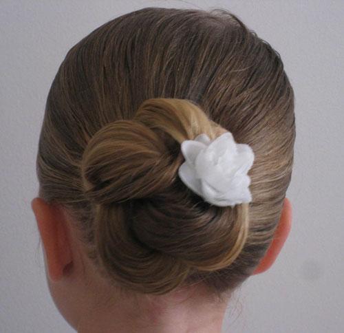 прически на 1 сентября на длинные волосы пучок