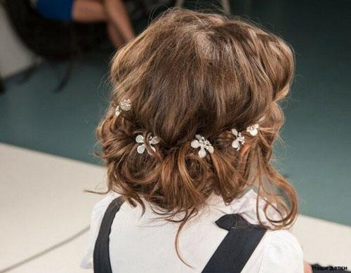 прическа с бантами на 1 сентября на короткие волосы