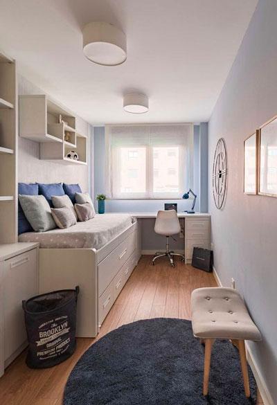 дизайн прямоугольной детской комнаты с окном 5
