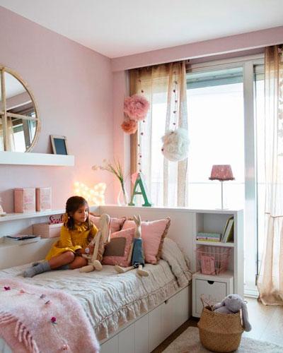 дизайн прямоугольной детской комнаты с окном 7