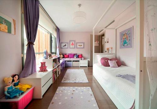 дизайн детской комнаты прямоугольной формы с окном